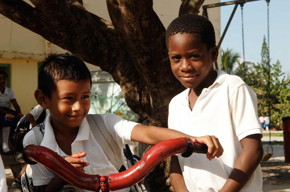 Belize Caye Caulker niños a la salida de la escuela.