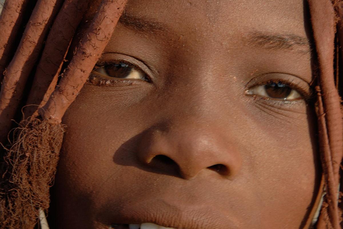 Namibia mirada de una adoelscente Himba.