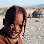 Namibia niño himba con las trenzas peinadas hacia adelante