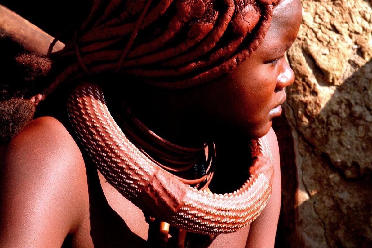 Namibia chica himba con peinado y abalorios.