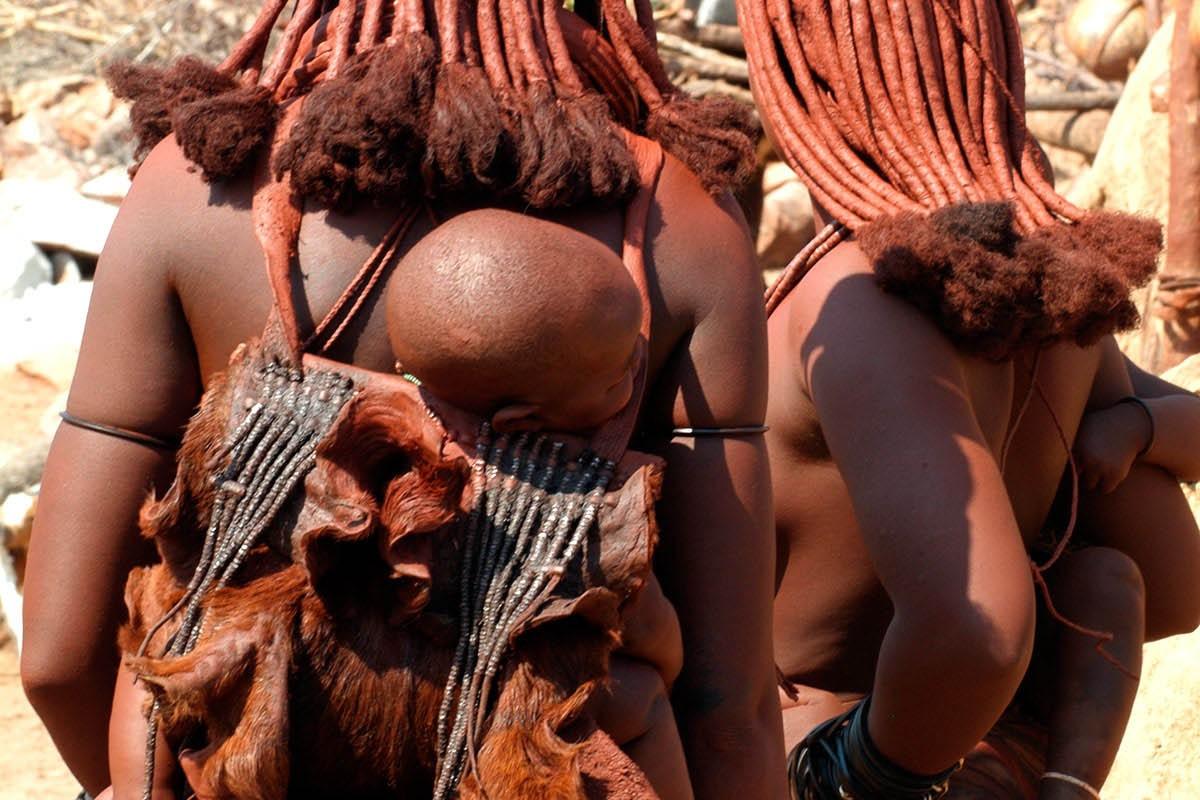 Namibia mujeres con sus hijos en la espalda