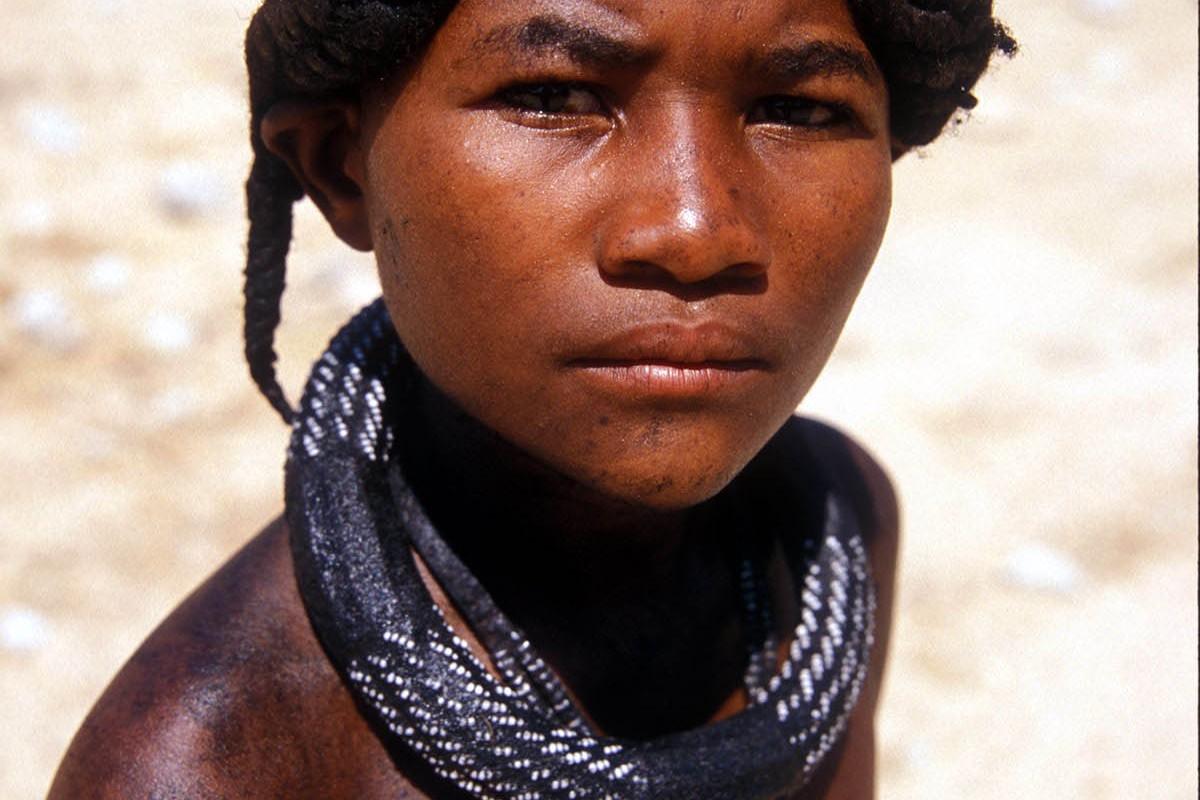 Namibia niño adolescente con peinado de trenzas