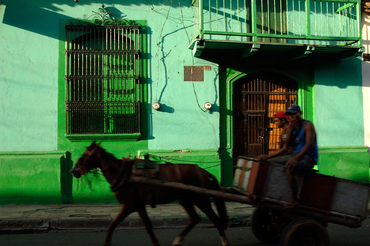 Atardecer sobre la colorista calle de Leon Nicaragua.