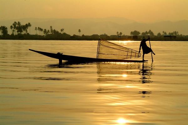 Inle lake atardecer pescador