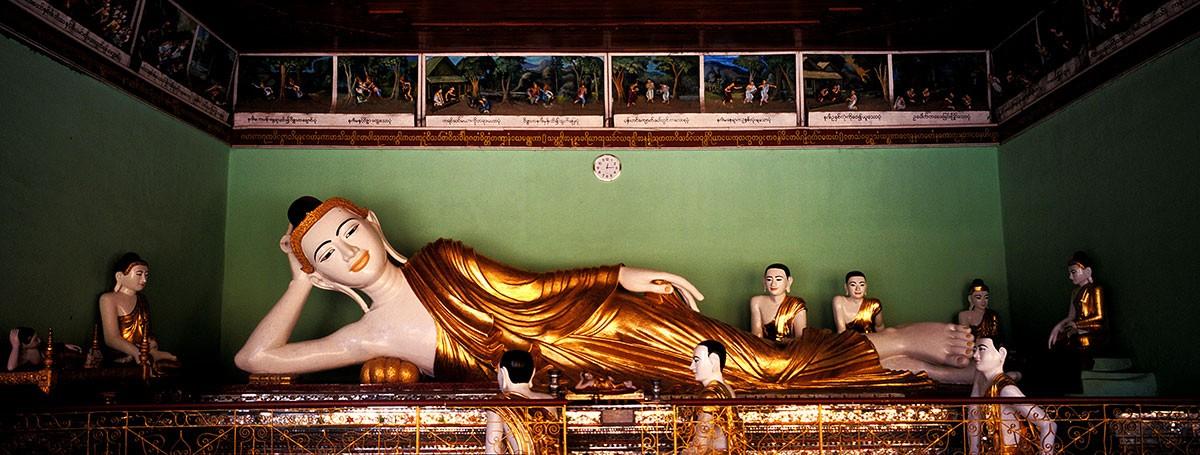 Yangon Shwedagon pagoda Buda rectinado
