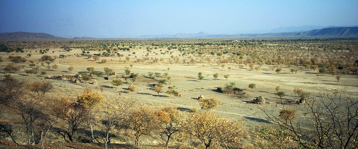 Namibia poblado himba en el desierto.