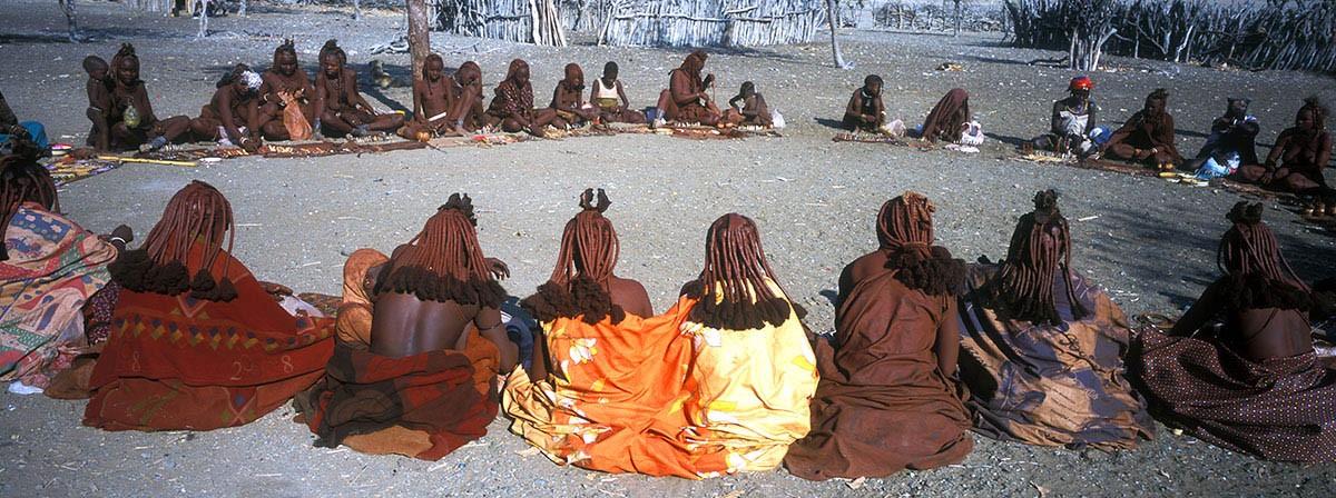 Namibia poblado himba mujeres en pleno mercadillo.
