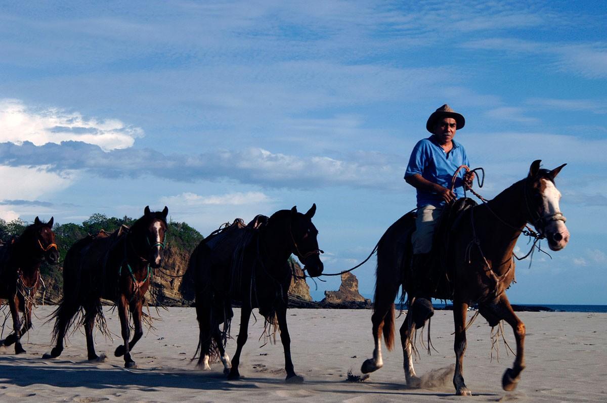 Paseando con los caballos por las playas de San juan del sur Nicaragua