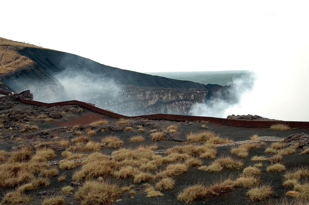 Crater del volcan Masaya con sus continuas fumarolas. Nicaragua