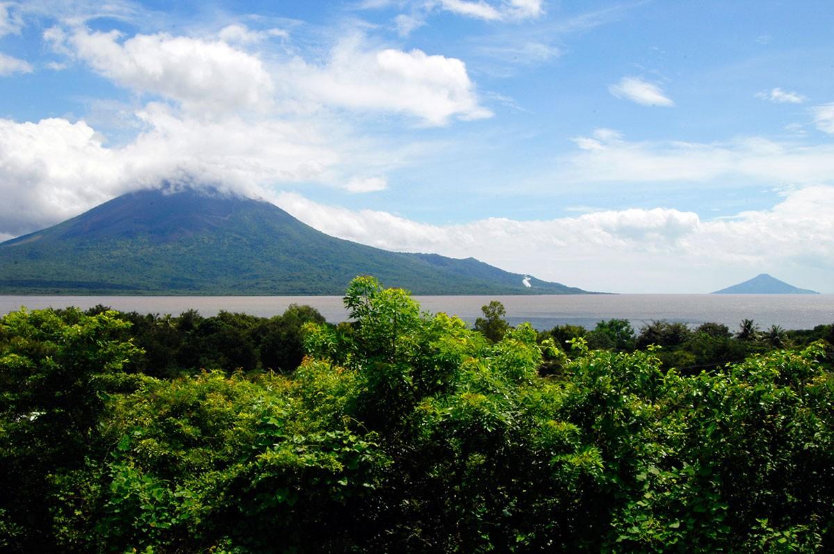Volcan Momotombo Lago Xolotlan Nicaragua.
