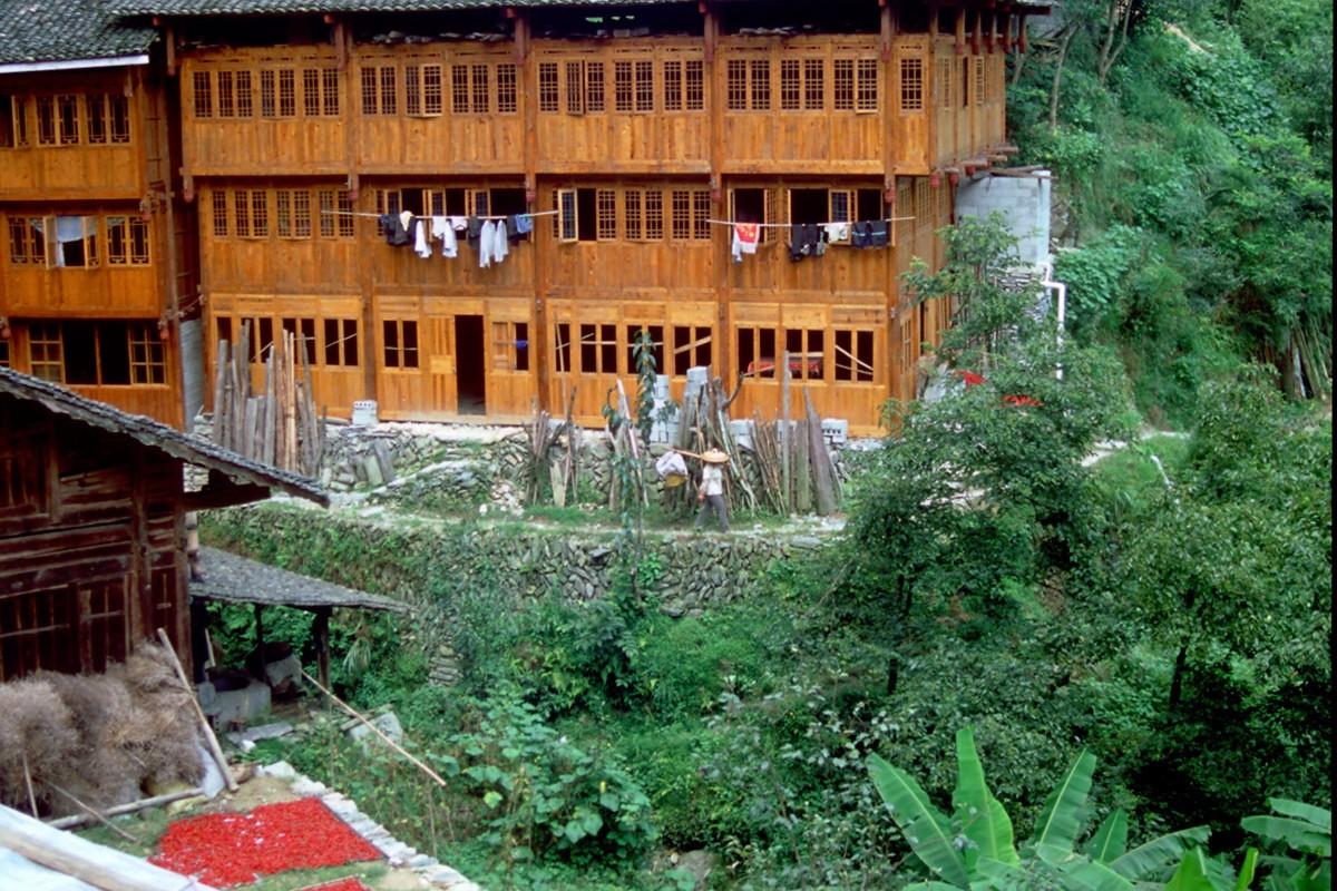Ping An tipicas casas de madera en las altas montañas donde cultivan los chilis