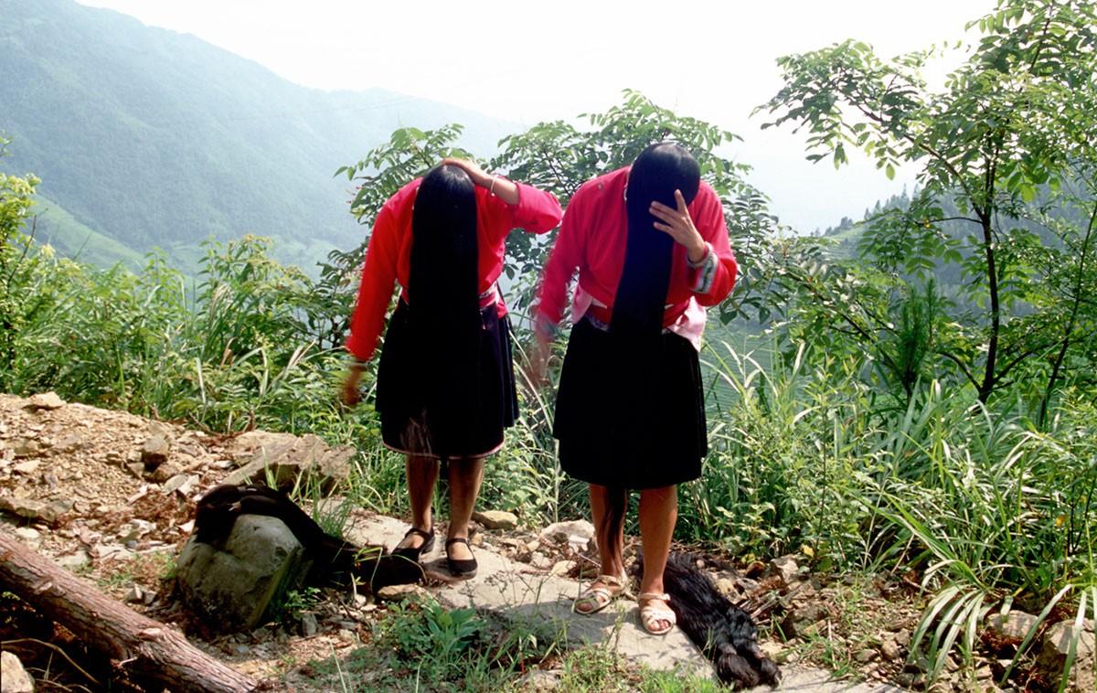 Ping An mujer etnia Zhuang, Guanxi China mostrando sus largas melenas