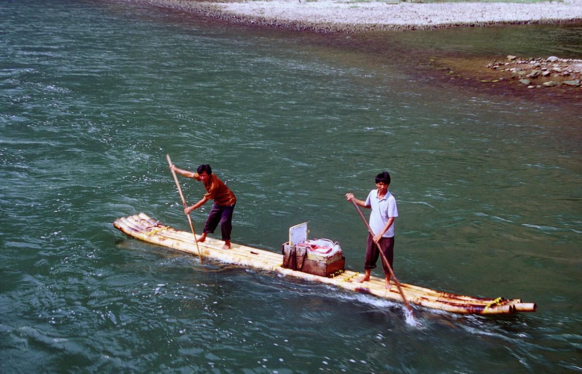 Rio Li navegando barcas de juncos