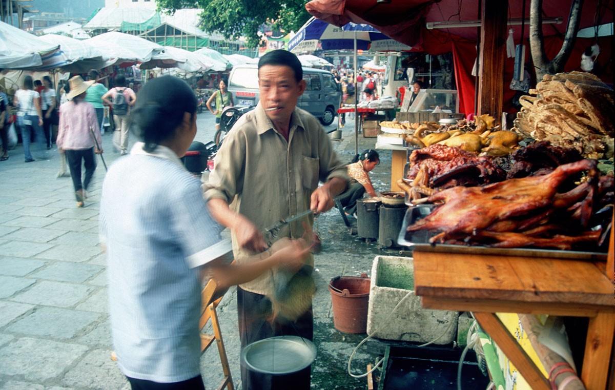 Yangshuo mercadillo y puestos de comida