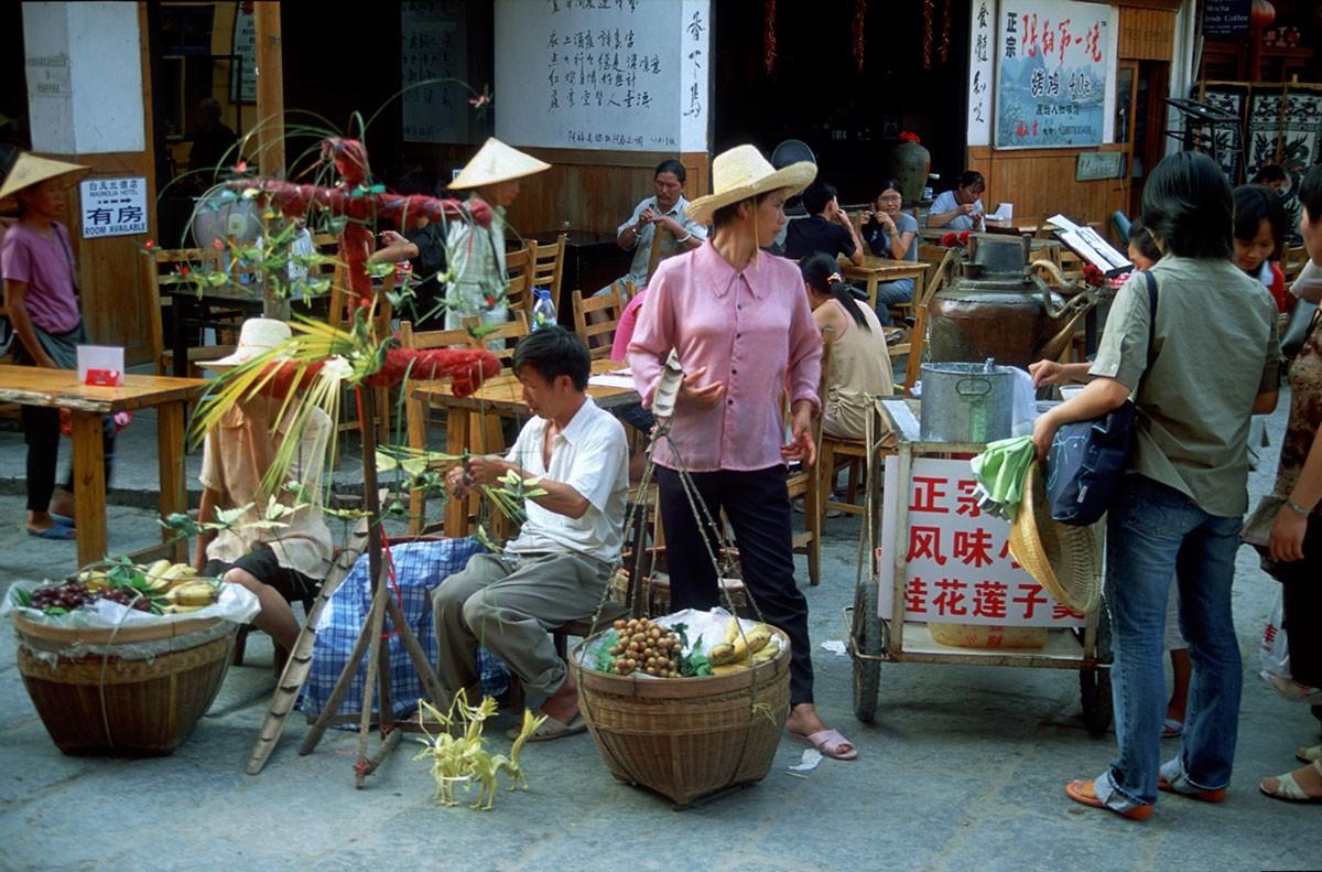 Yangshuo en todos los lugares se colocan pequeños puestos de comida o artesania