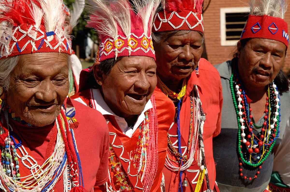 Paraguay Indios Maka grupo de ancianos en plena charla.