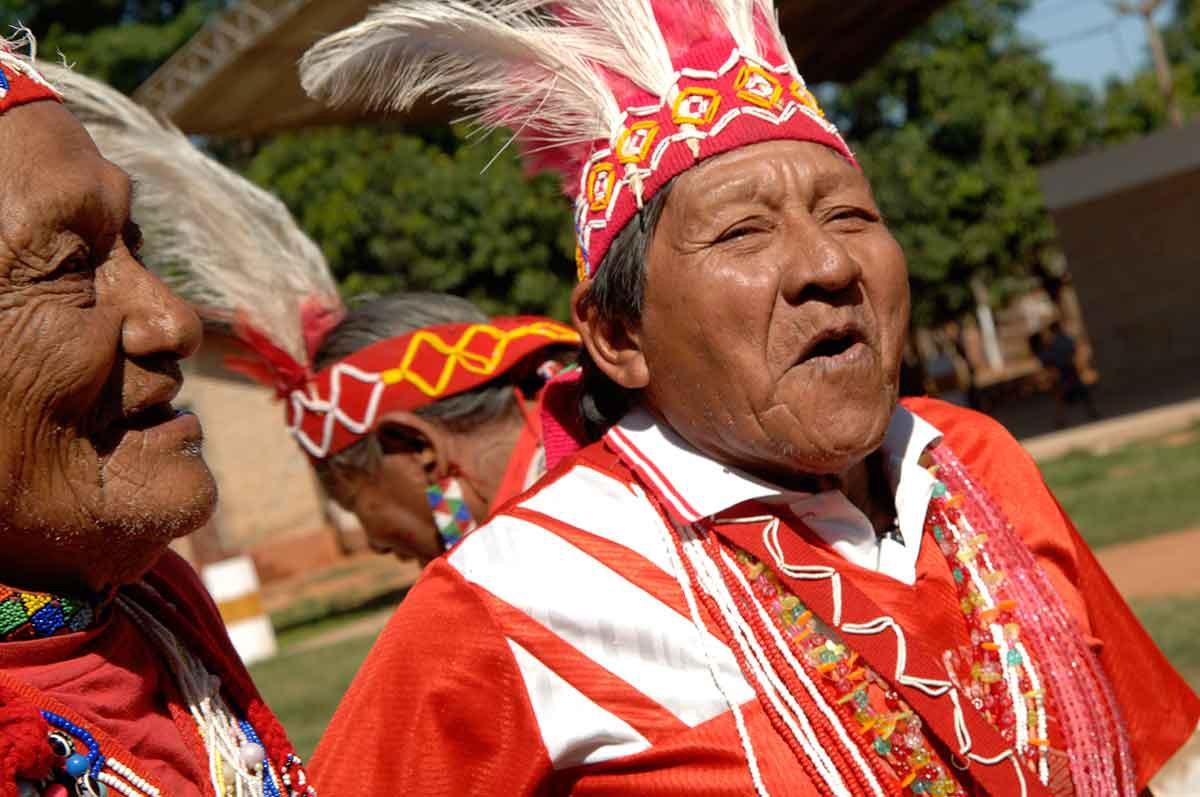 Ancianos Maka en plena celebración.