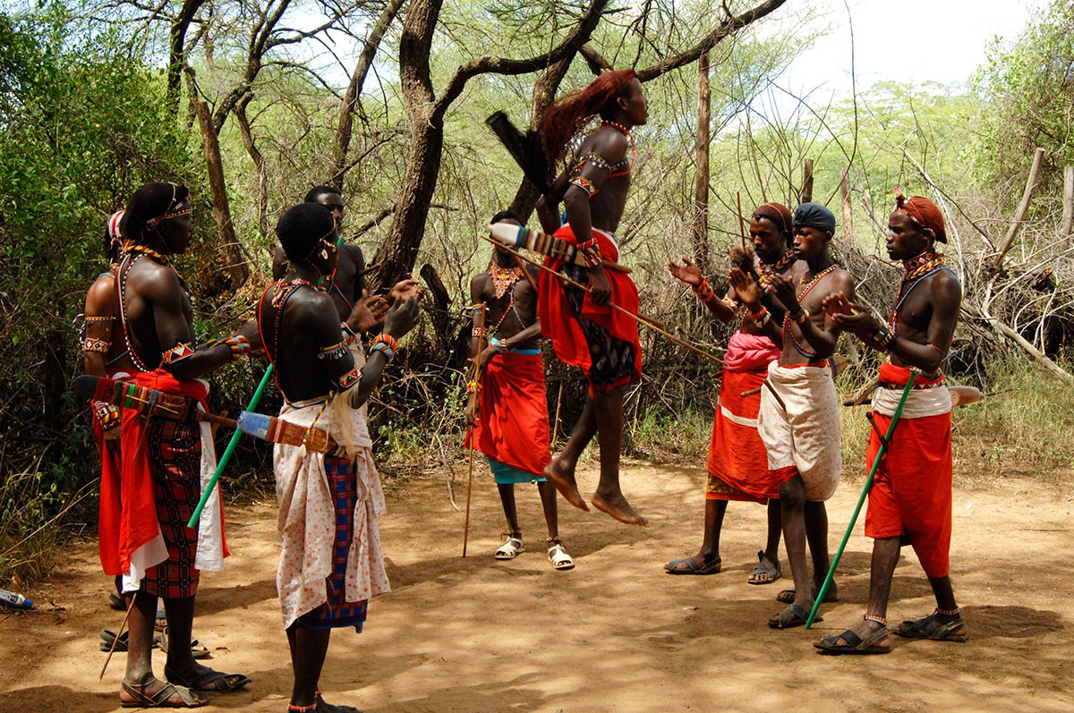 Samburu grupo de hombres en plena danza